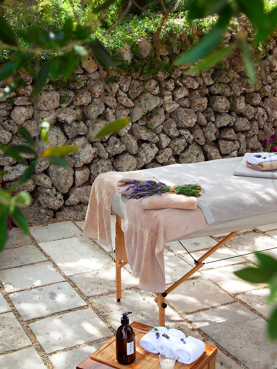Masajes y rituales de belleza en el área de bienestar de Torralbenc.